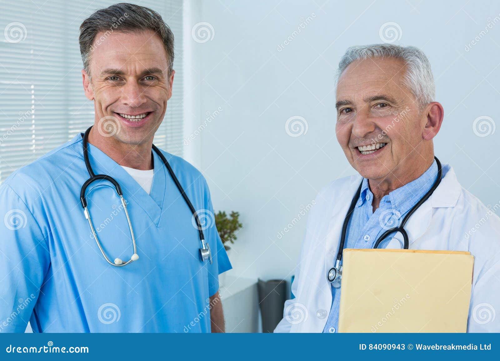 Portrait de chirurgien et de docteur de sourire