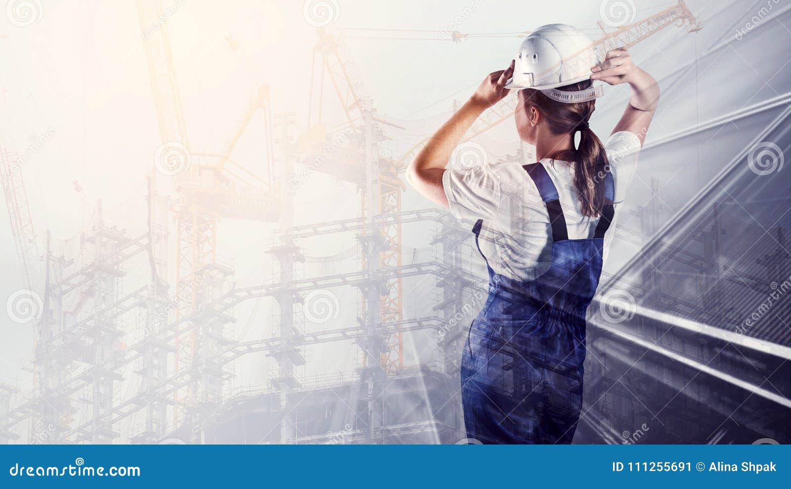 Portrait de constructeur dans un casque sur le fond de ville