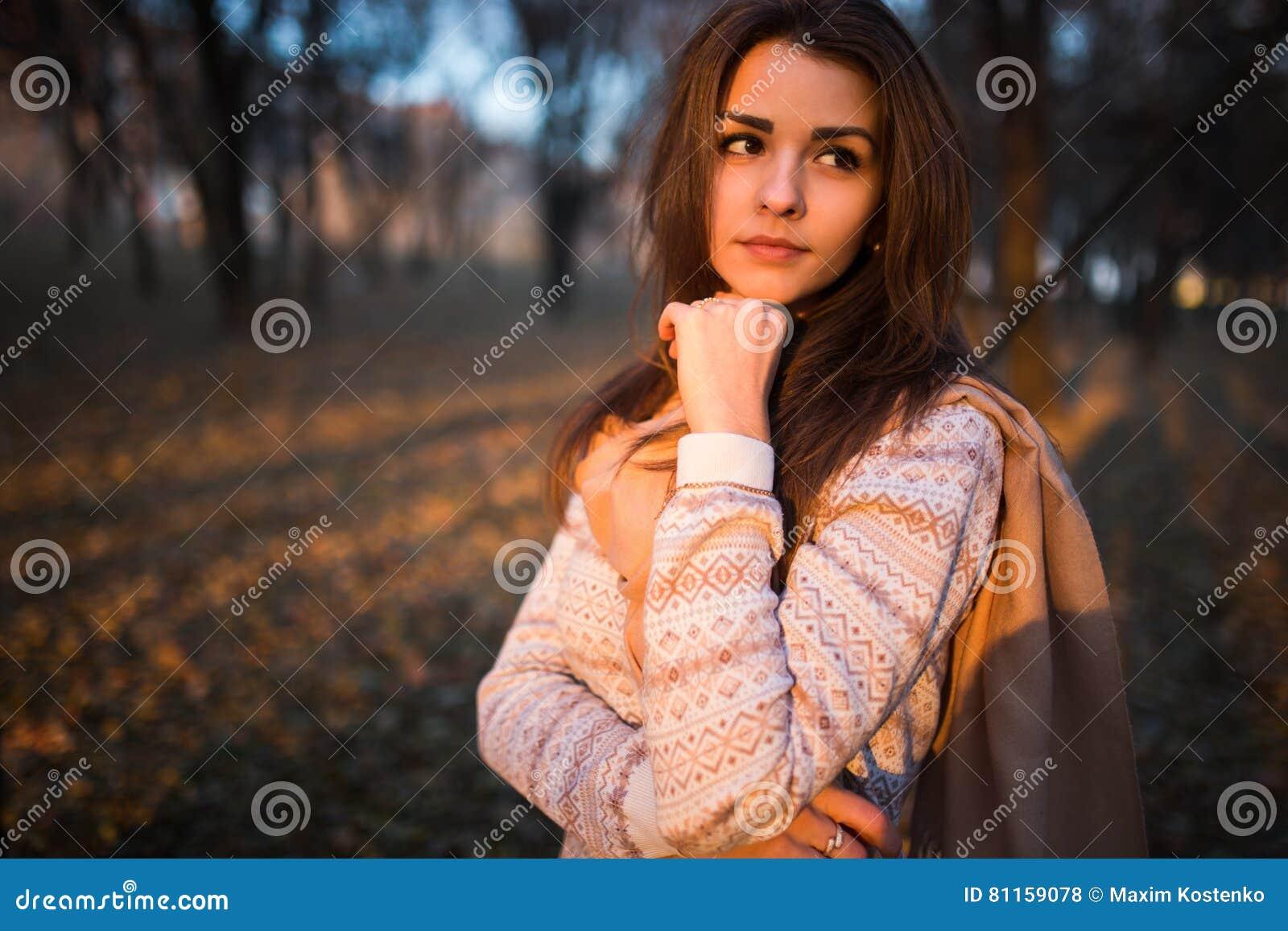 Portrait de coucher du soleil de belle jeune femme de brune en parc d automne