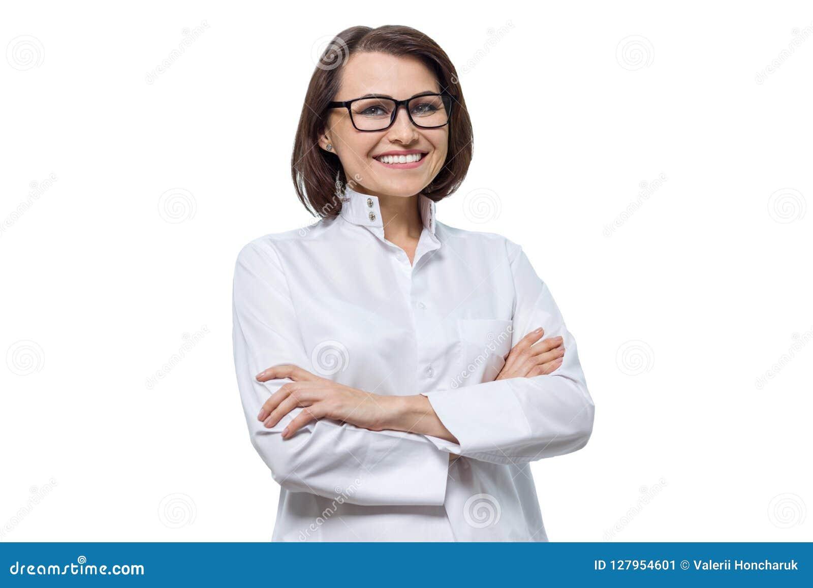 Portrait de docteur féminin de sourire de cosmetologist d adulte avec les bras croisés, fond blanc, d isolement