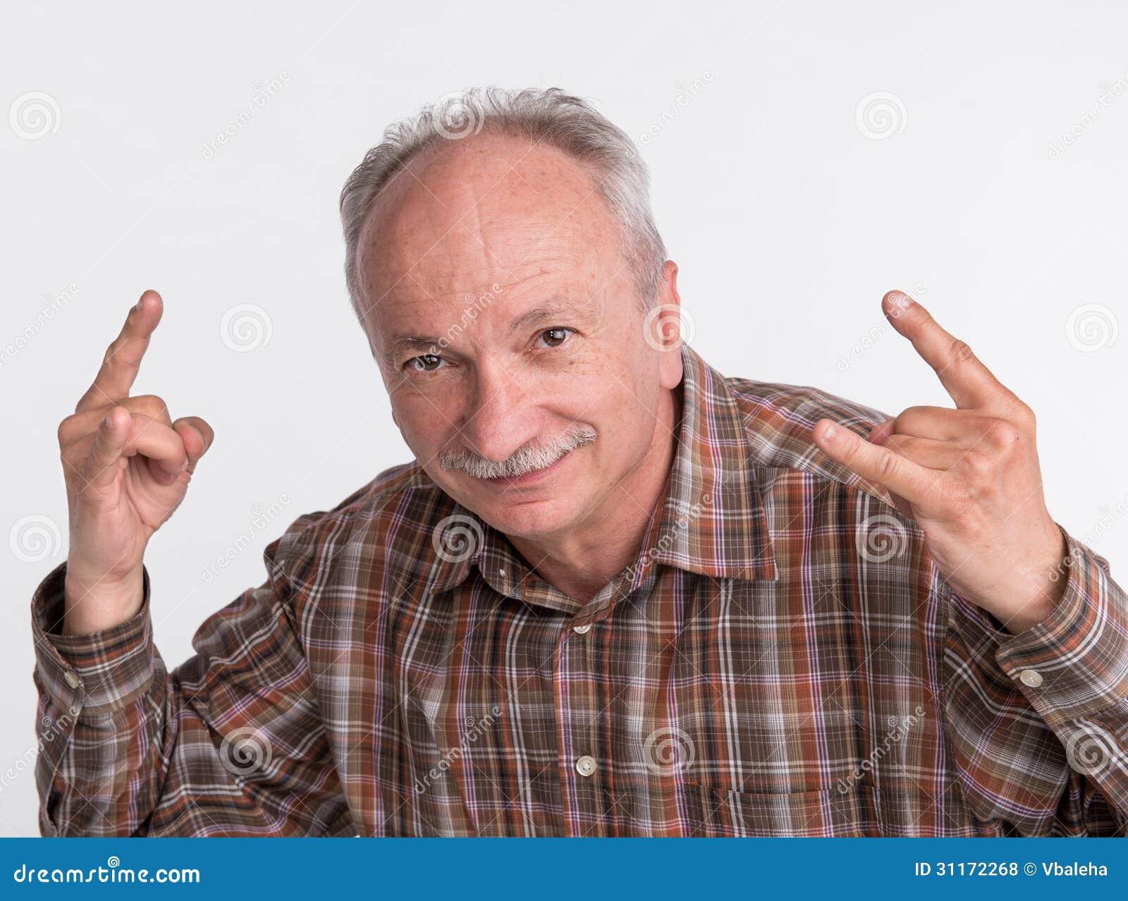 Portrait de faire des gestes plus âgé d homme