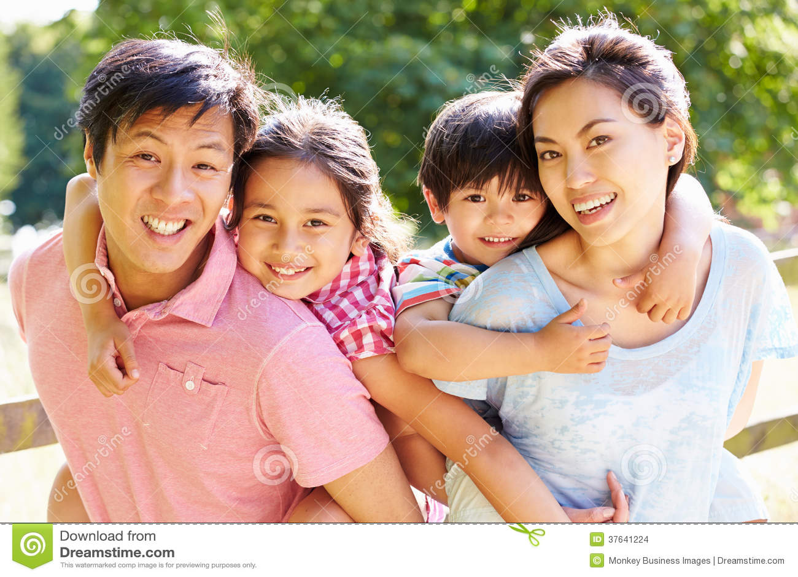 Portrait de famille asiatique appréciant la promenade dans la campagne d été