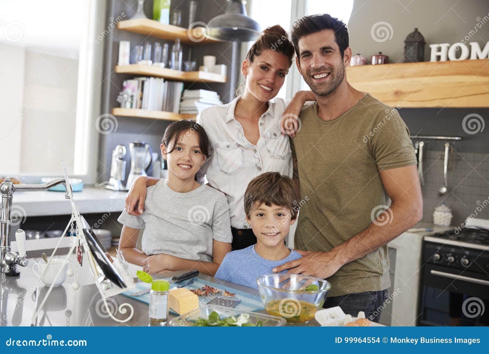 Portrait de famille dans la recette suivante de cuisine sur la Tablette de Digital