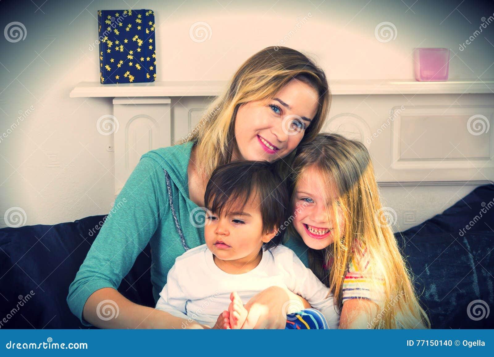 Portrait de famille dans le lit à la maison