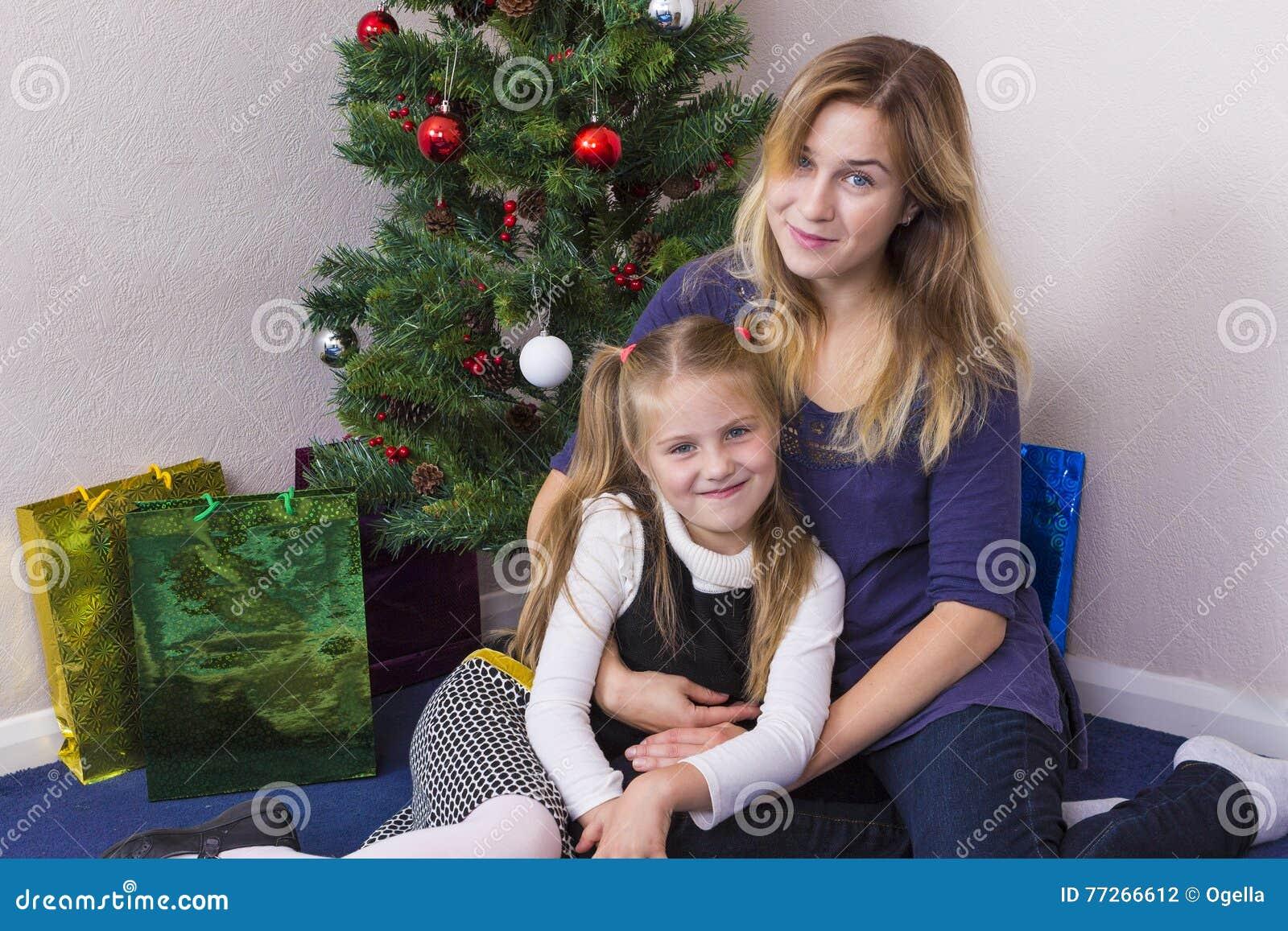 Portrait de famille près d arbre de nouvelle année