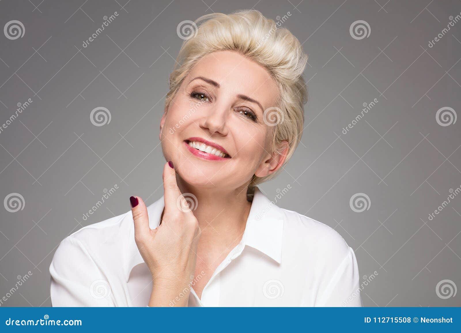 Portrait De Femme Agee Par Milieu Blond Elegant Photo Stock Image