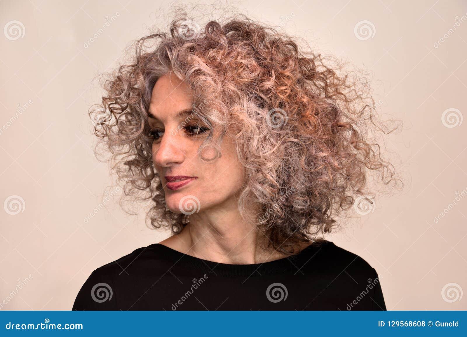 Portrait de femme avec les cheveux bouclés merveilleux