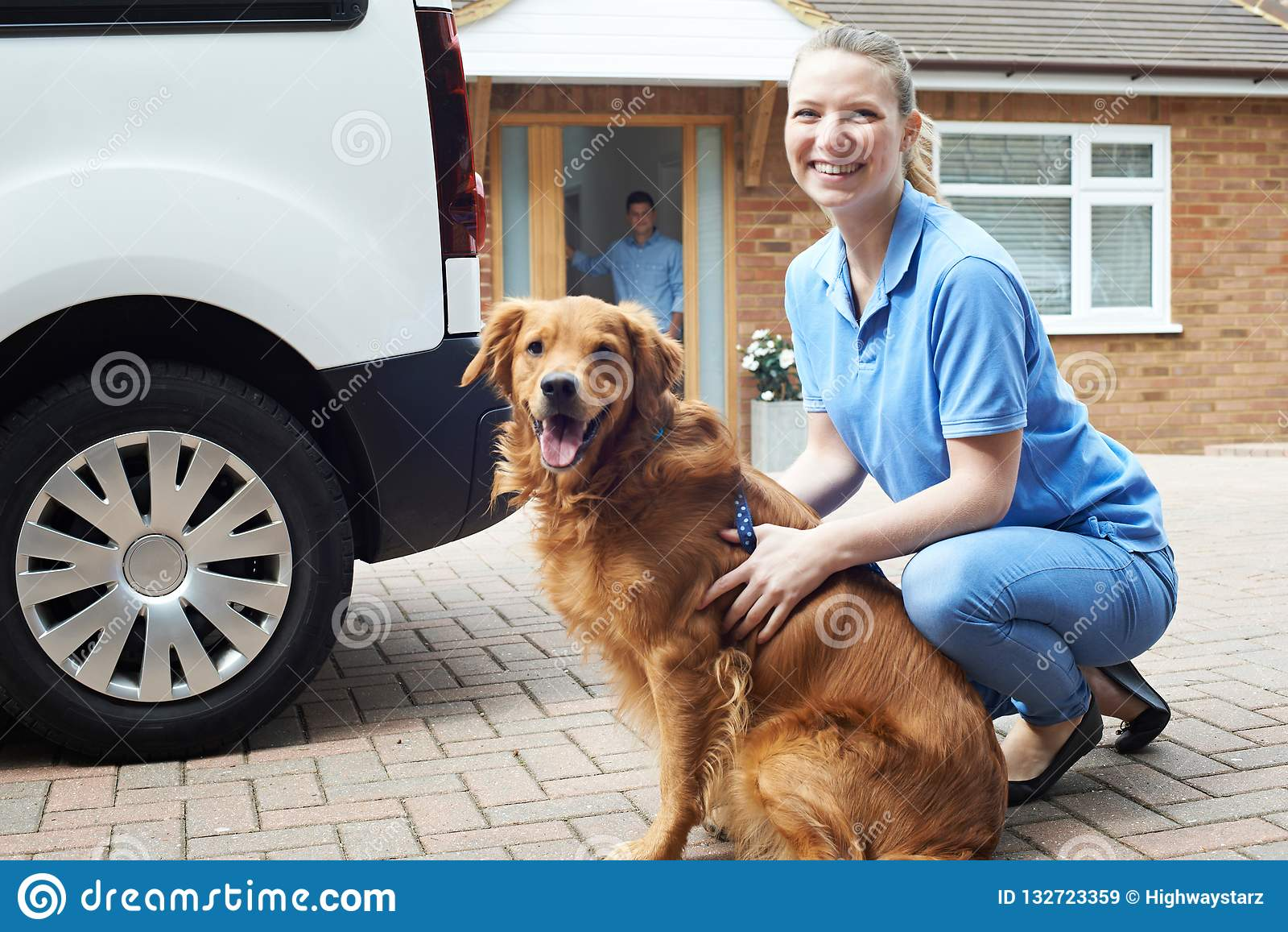 Portrait de femme avec Van Running Dog Walking Service