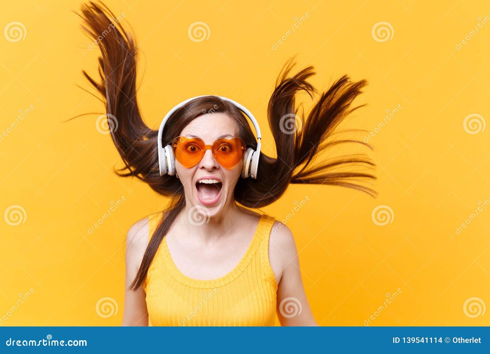 Portrait De Femme Comique Drole De Rire Gai Enthousiaste En Verres Oranges Dans Des Ecouteurs Avec Les Cheveux De Flottement D Is Photo Stock Image Du Portrait Enthousiaste 139541114