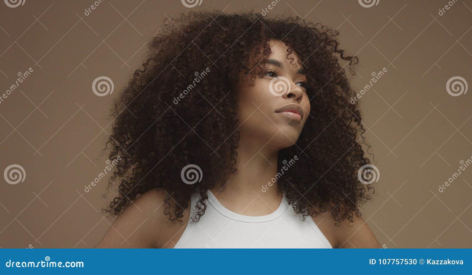 Portrait de femme de couleur de métis avec de grands cheveux Afro, cheveux bouclés