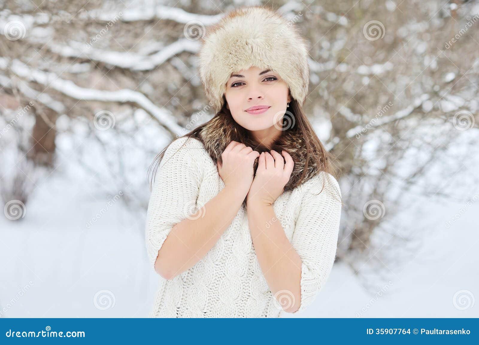 Portrait de femme d 39 hiver de neige dehors jour d 39 hiver de for Shooting photo exterieur hiver