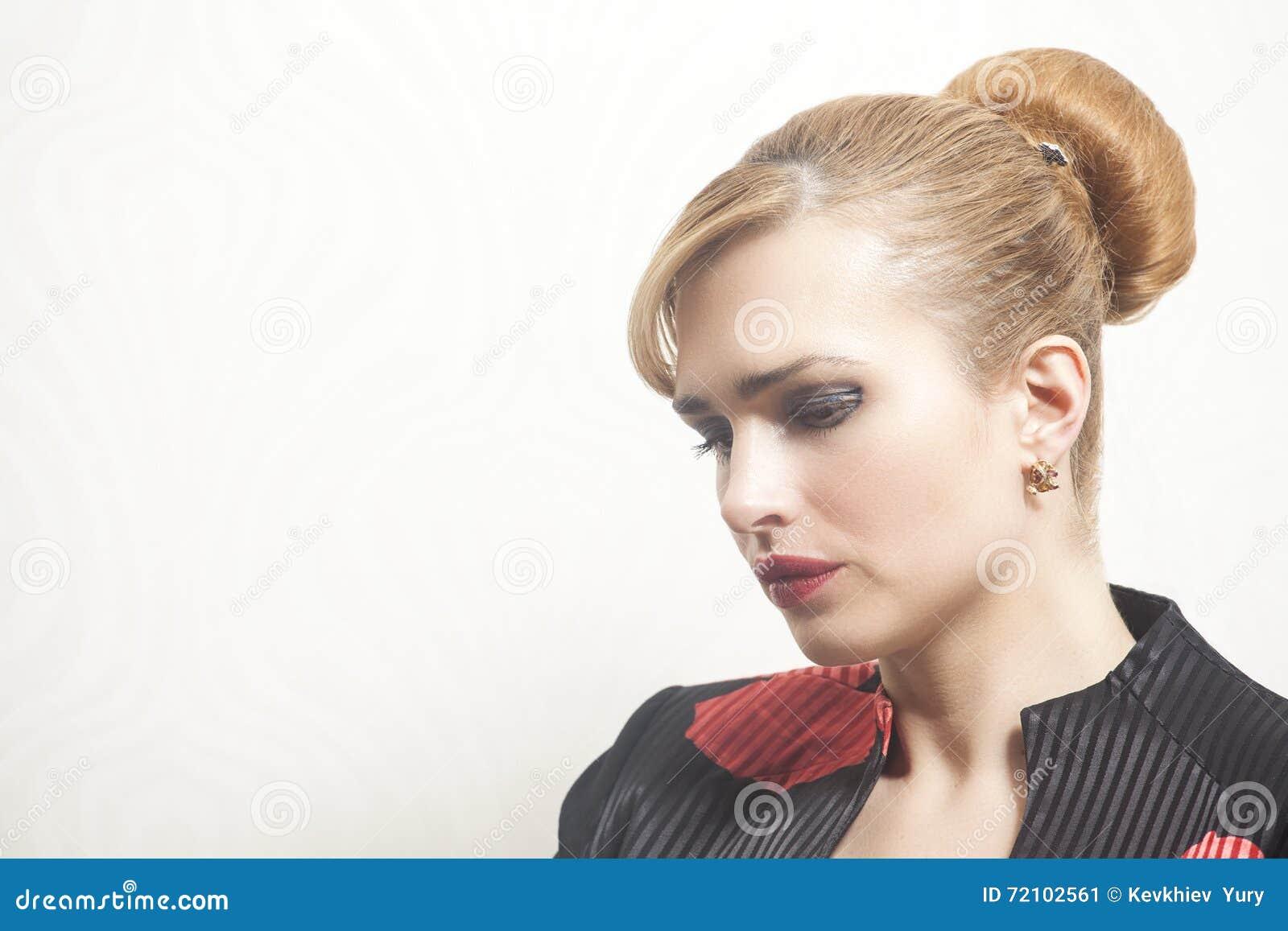 Portrait de femme de beauté sur le papier peint