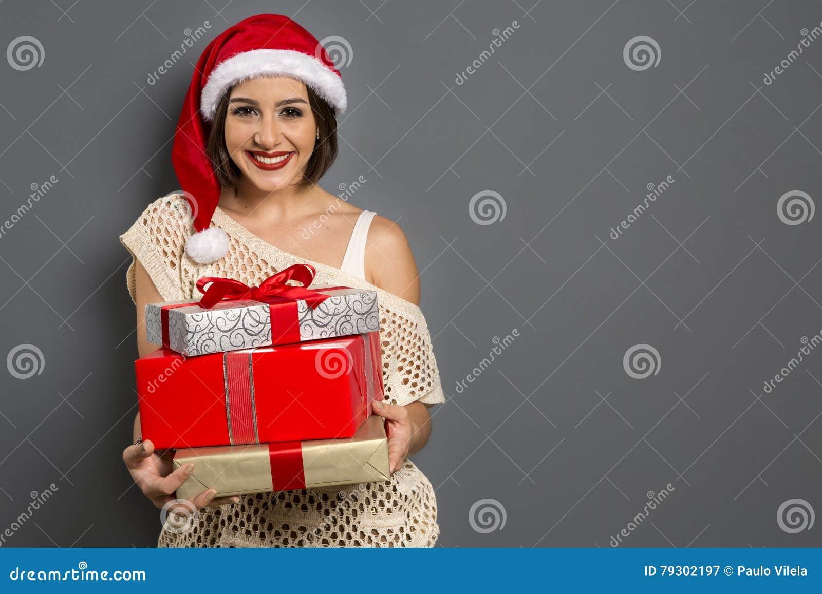 Portrait de femme de Noël tenant le cadeau de Noël G heureux de sourire
