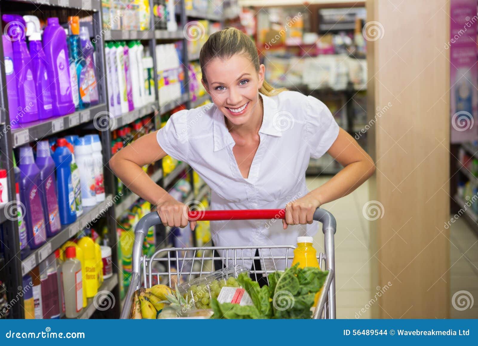 Portrait de femme de sourire marchant dans le bas-côté avec son trollet