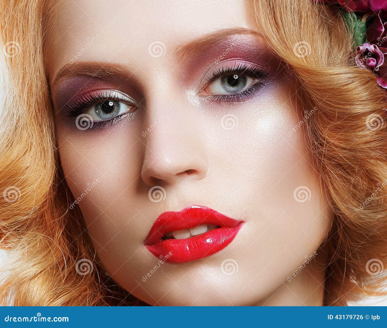 Portrait De Femme Enchanteresse élégante Avec Le Maquillage