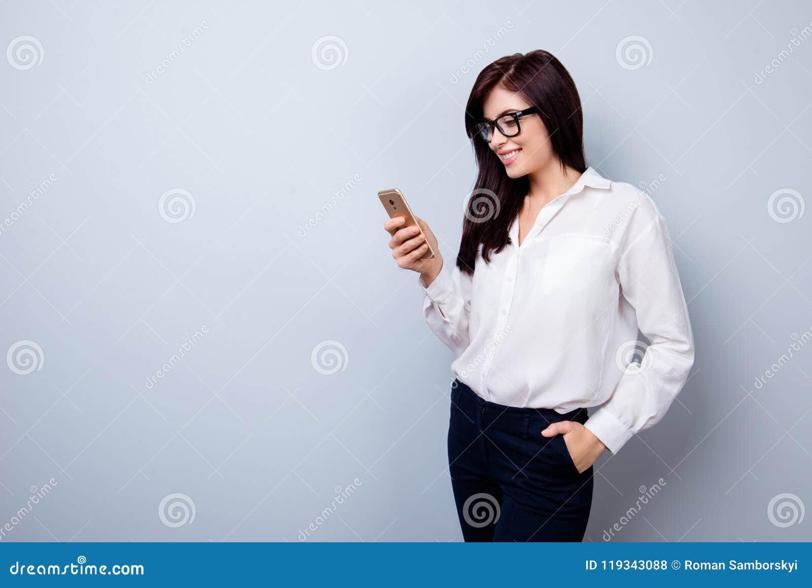 Portrait de femme gaie heureuse dans le costume formel se tenant avec l ha