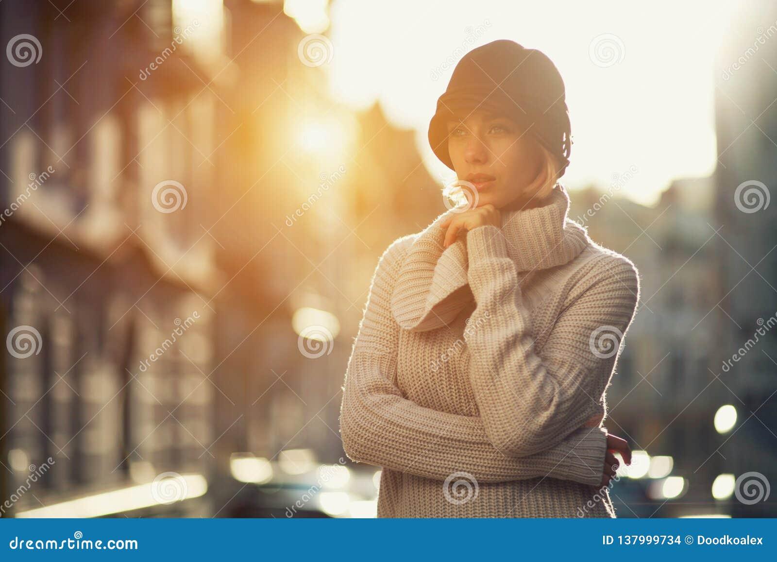 Portrait de femme de mode de jeune fille dans un chandail tricoté dehors