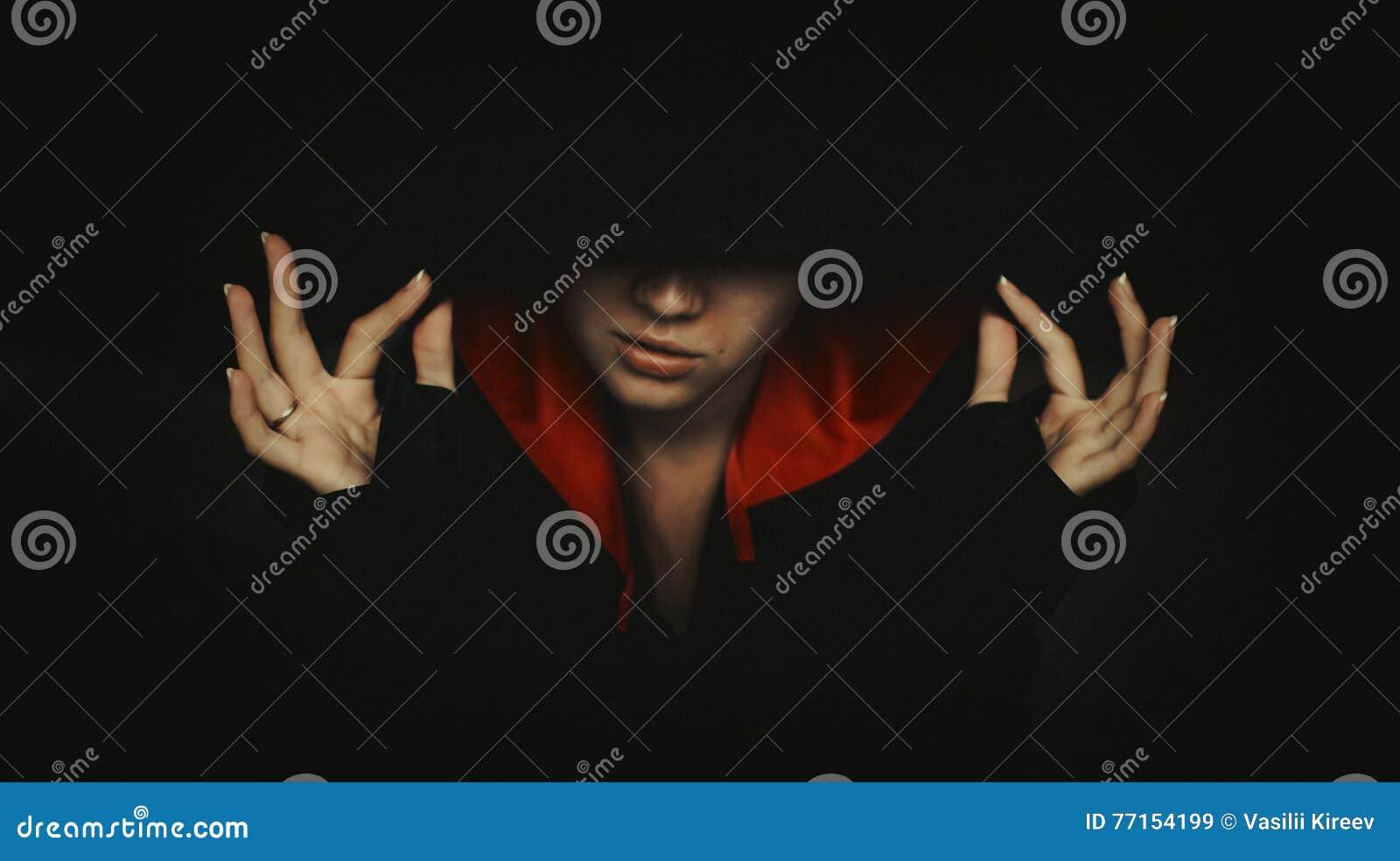 Portrait de femme mystérieuse dans le capot foncé