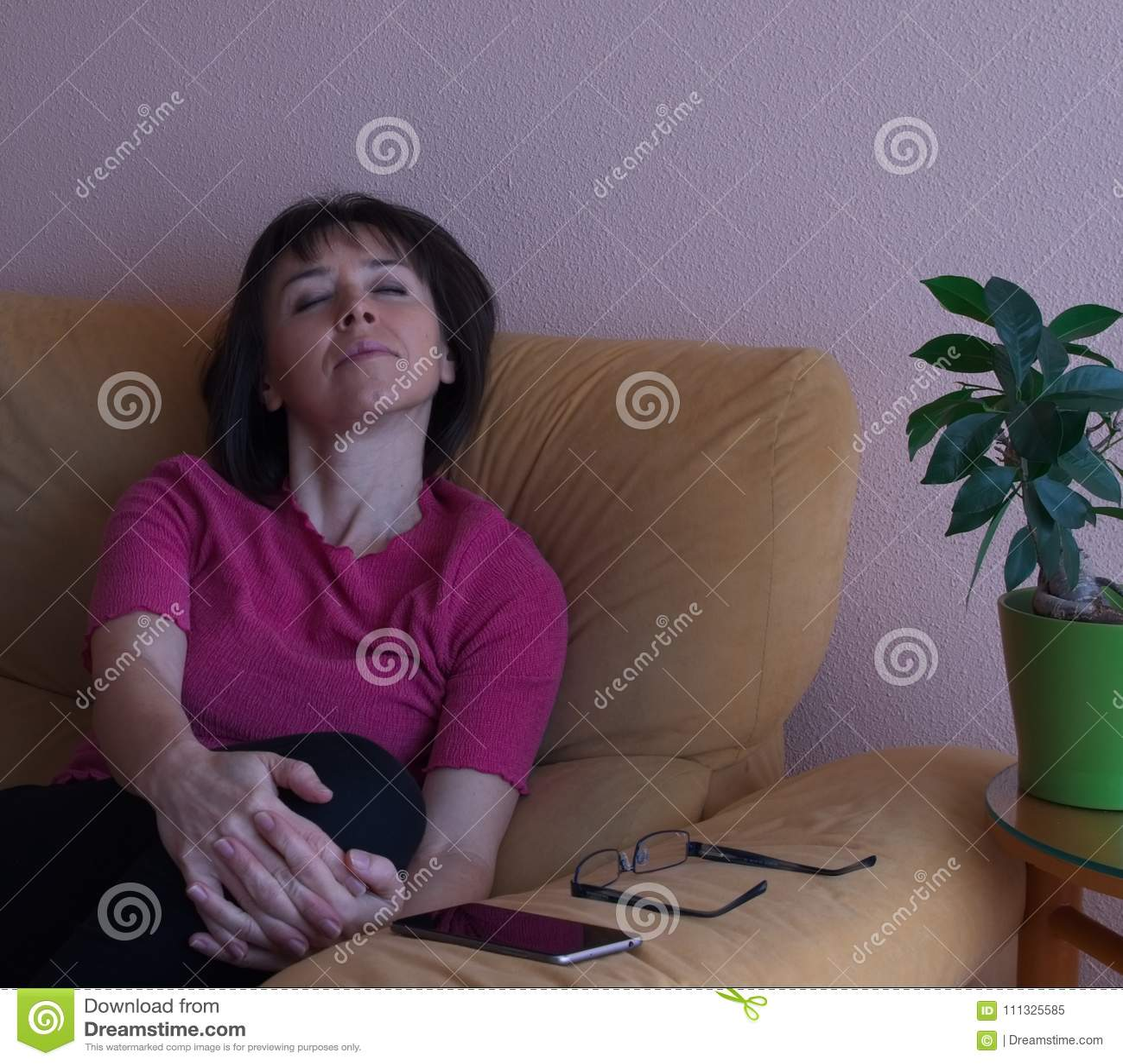 Portrait de femme de sommeil de Moyen Âge dans la chemise rose
