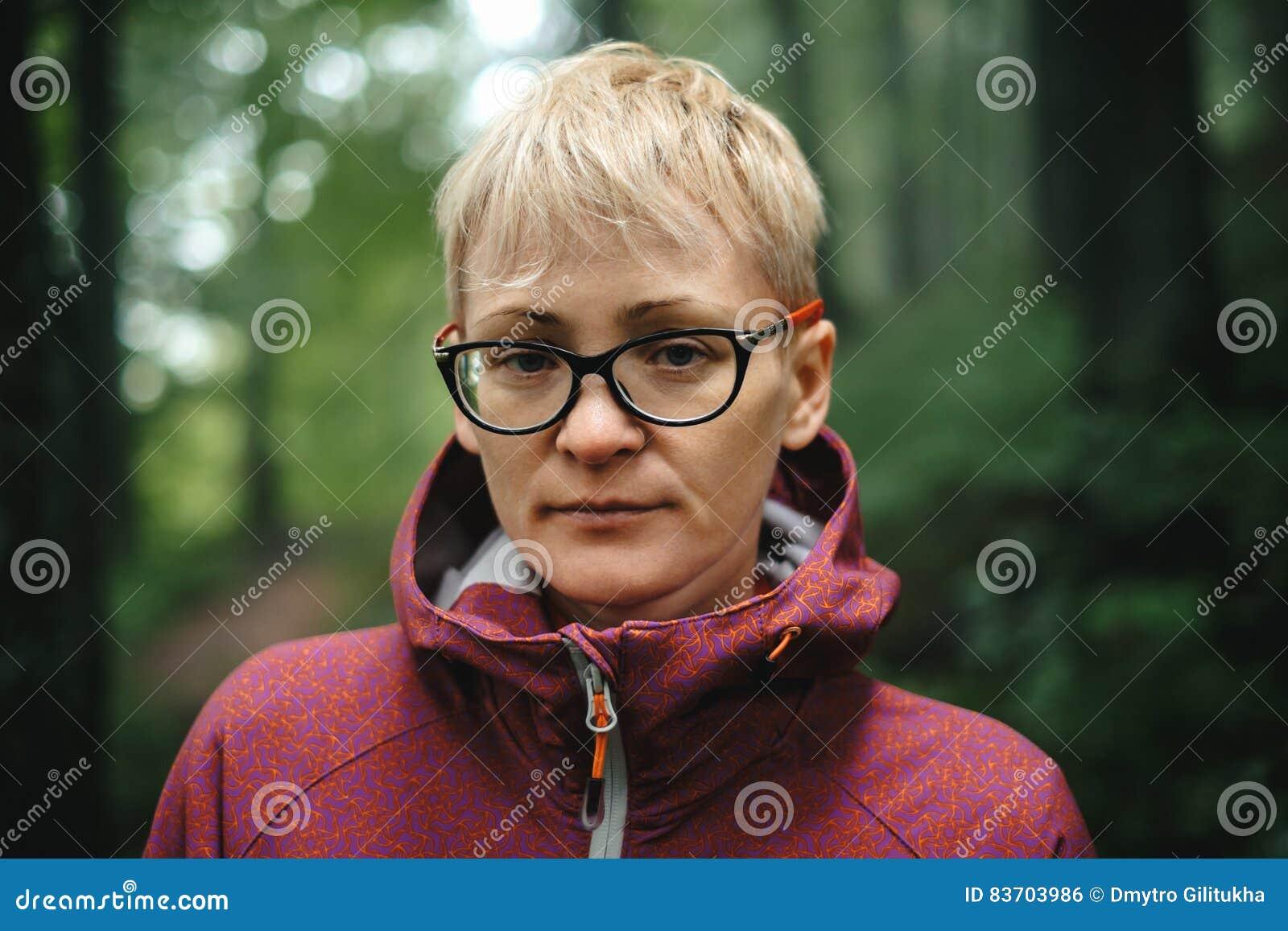 Portrait de femme supérieure de hippie dehors