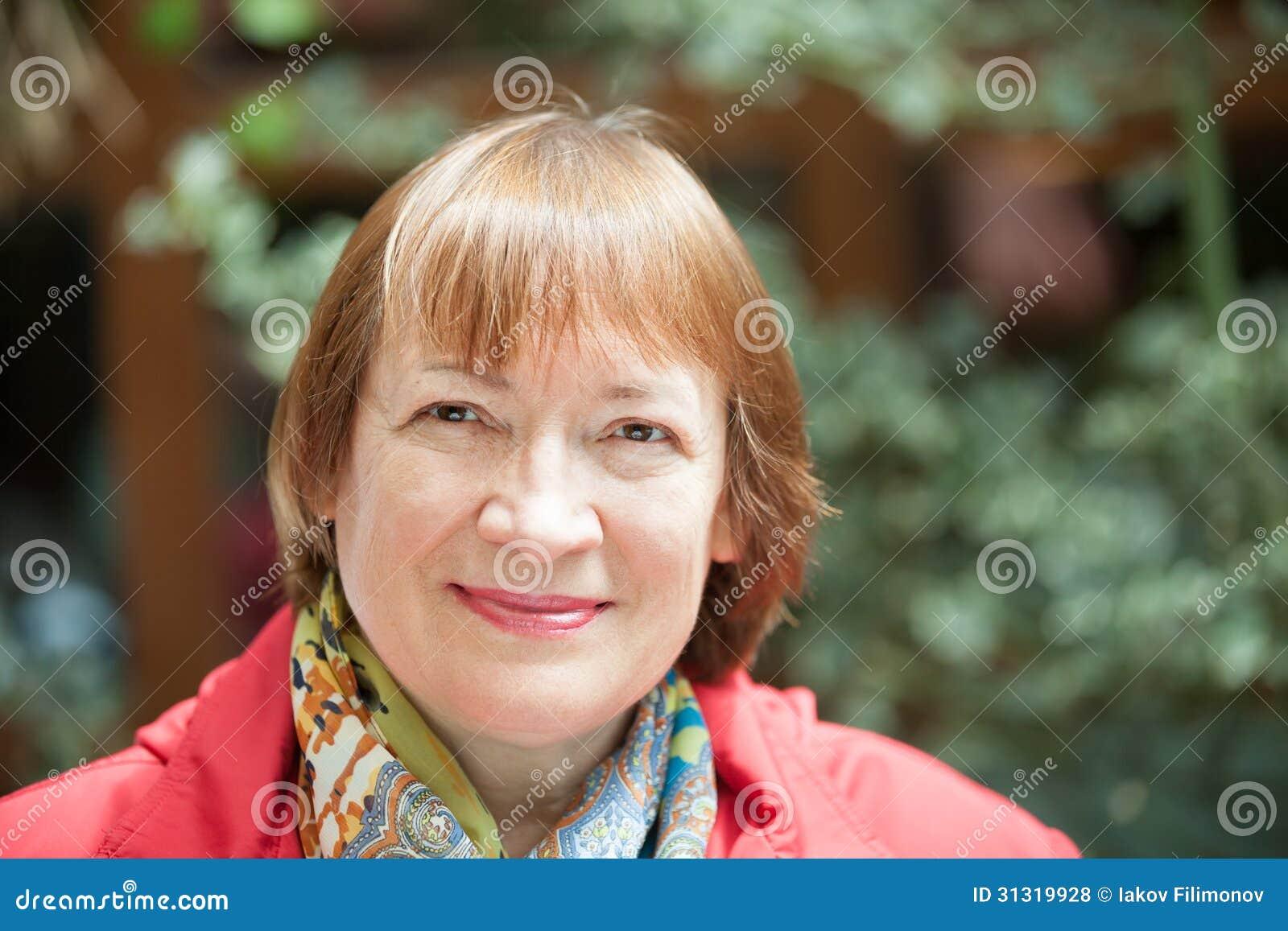 Portrait de femme supérieure de sourire