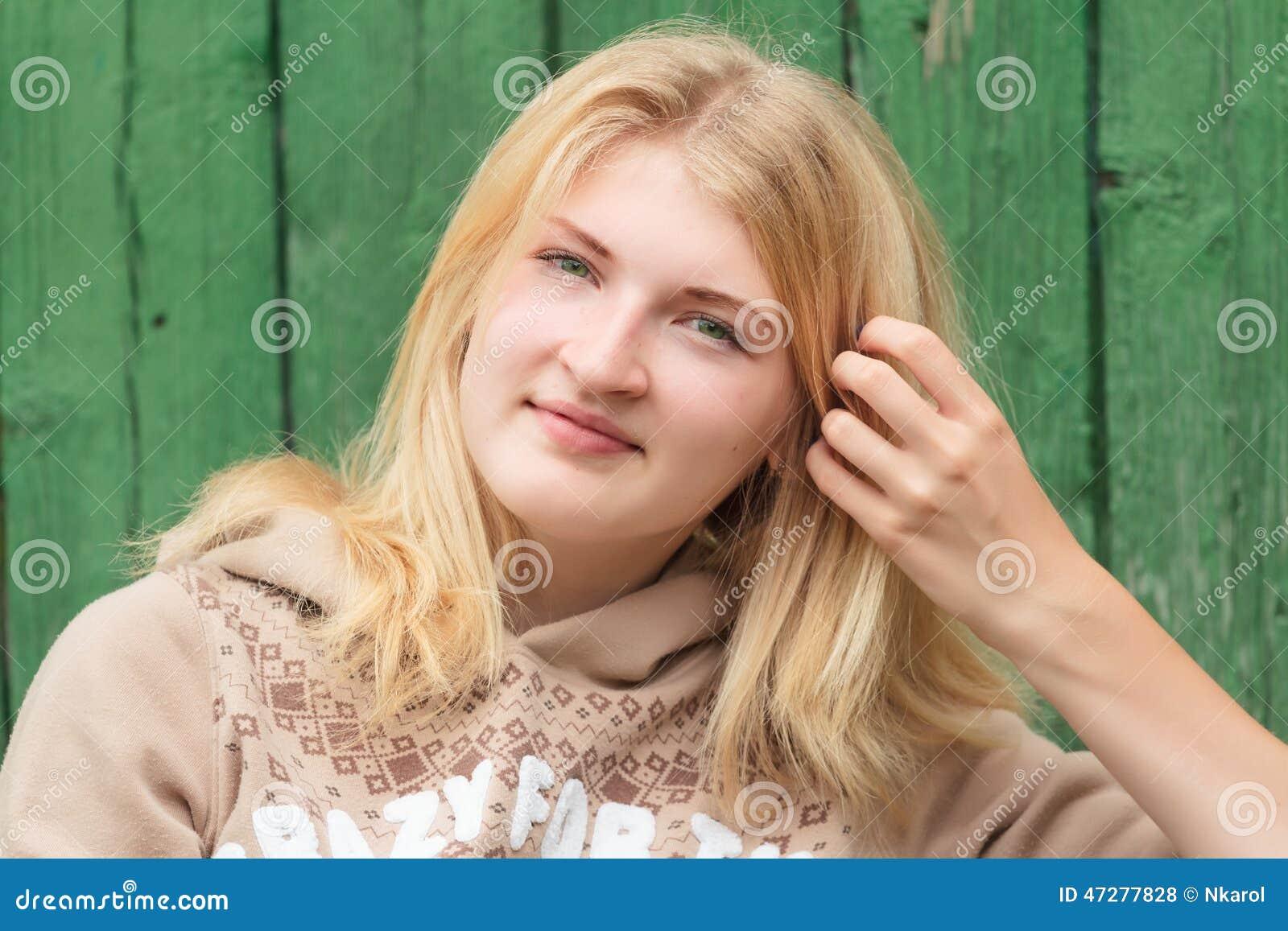 portrait de fille blonde aux yeux verts de sourire photo stock image du pull beau 47277828. Black Bedroom Furniture Sets. Home Design Ideas
