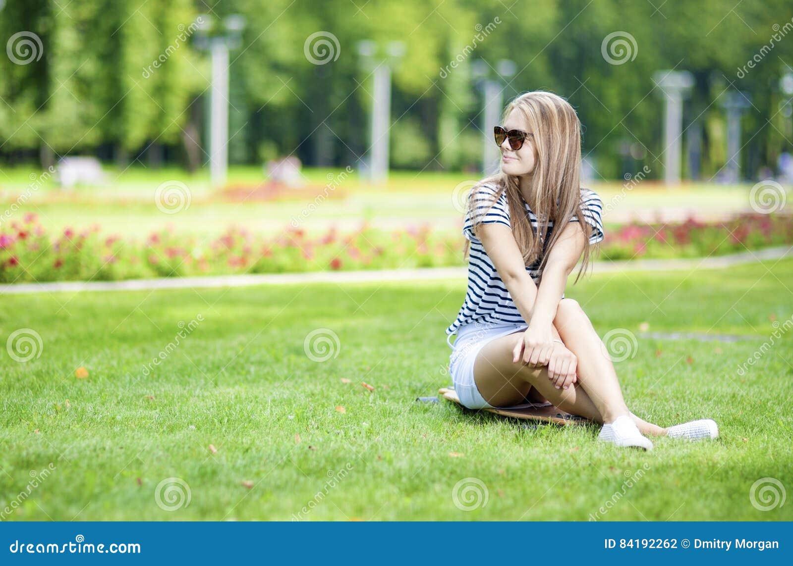 Portrait de fille blonde caucasienne mignonne et positive Posi d adolescent