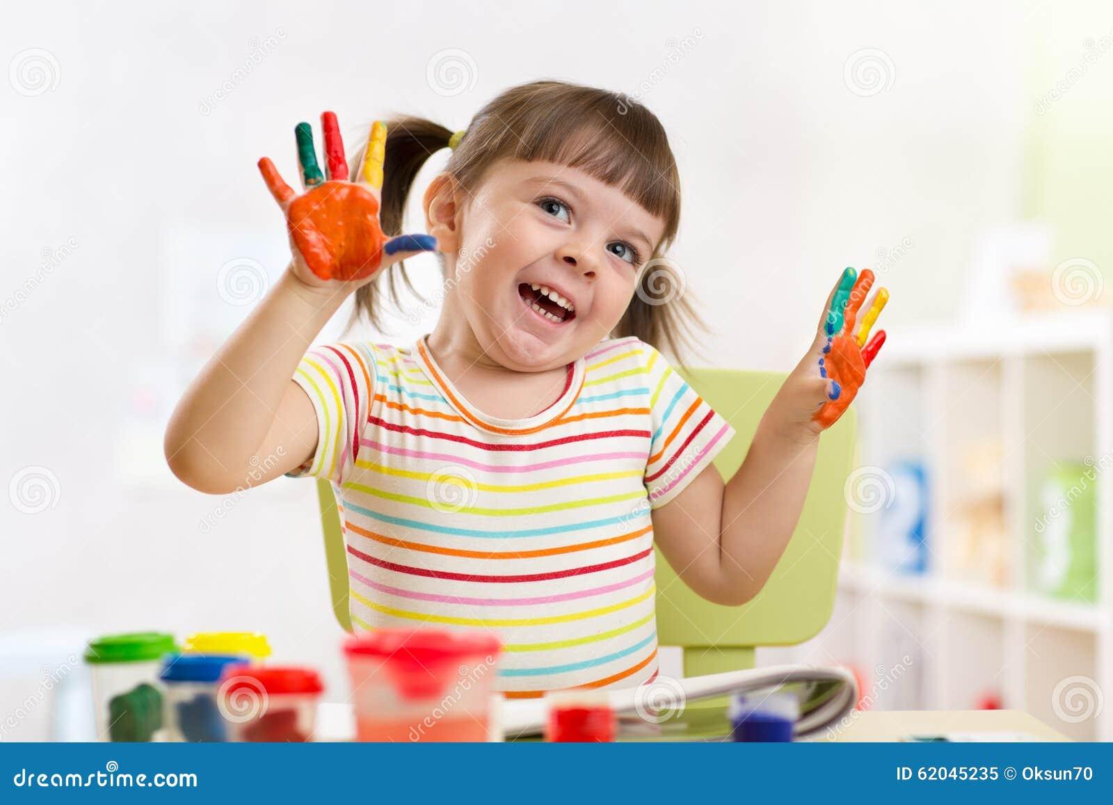 Portrait de fille d 39 enfant avec les mains peintes photo stock image 62045235 - Table a repasser avec les mains ...