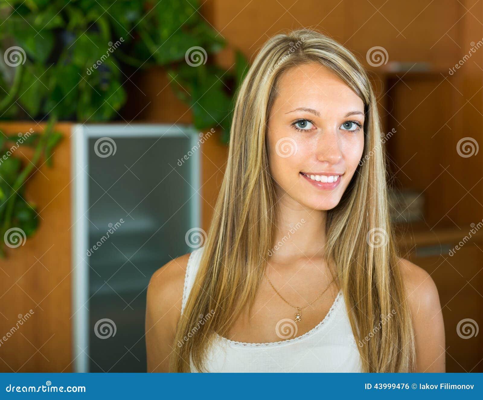 Portrait de fille de sourire à la maison