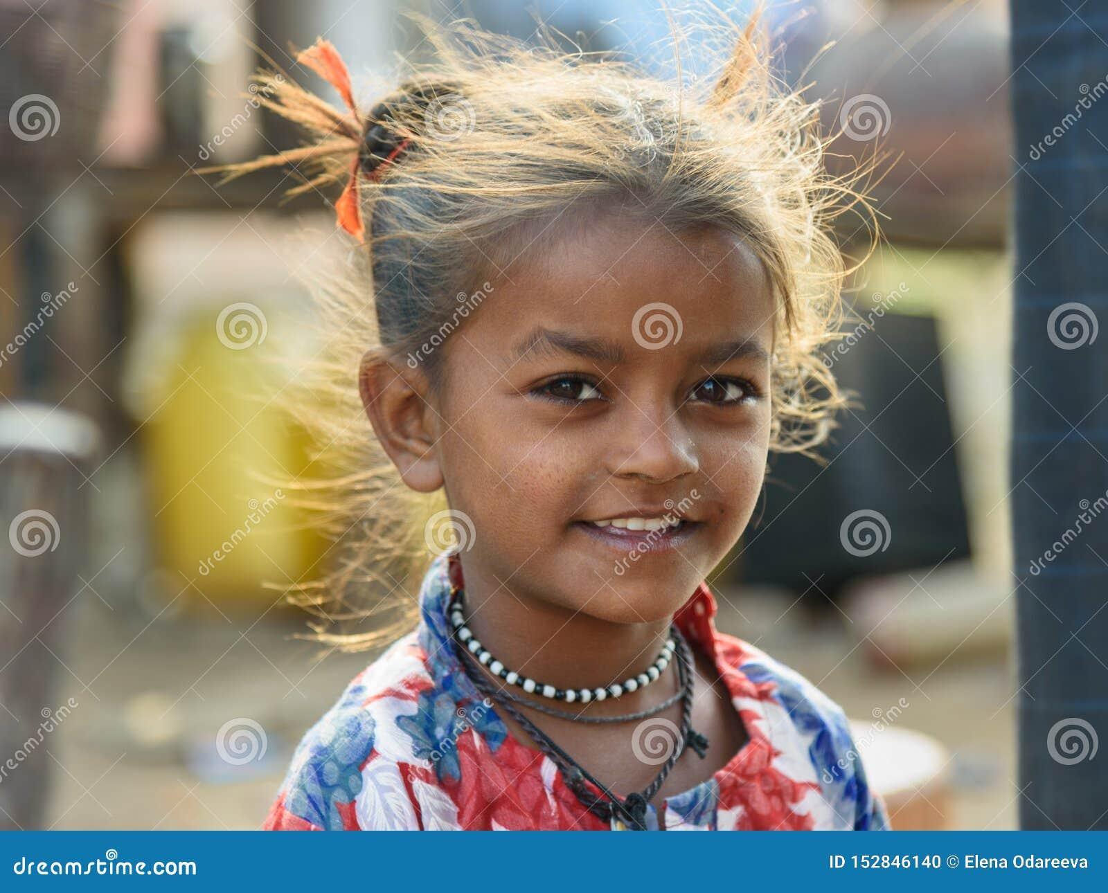 Portrait de fille indienne sur la rue Les pauvres personnes viennent avec la famille à la ville du village pour le travail Et ils
