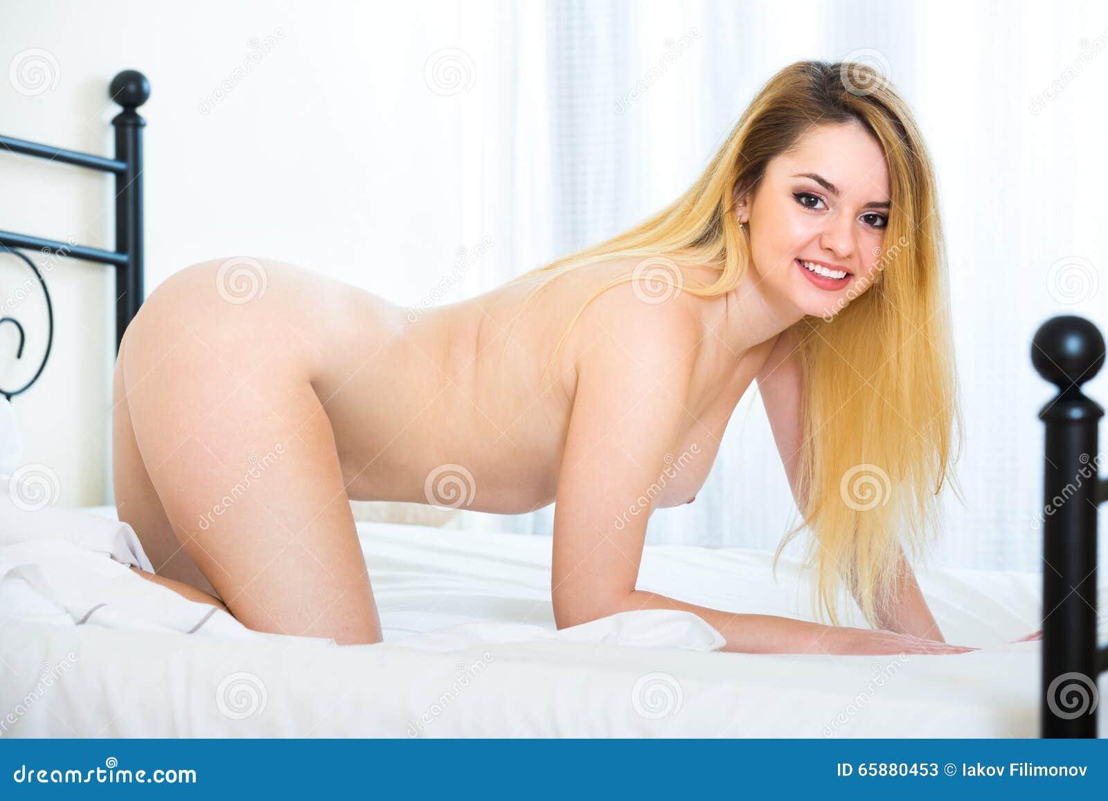 Fille changeant de chambre nue