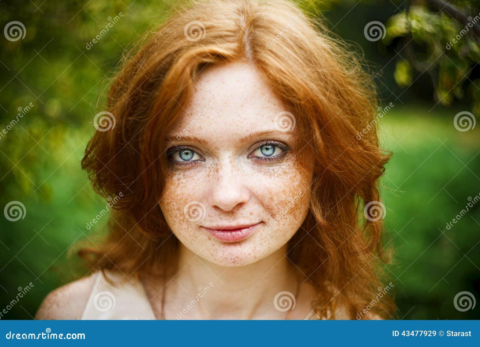 La crème des taches de pigment sur la personne dans la pharmacie le nom