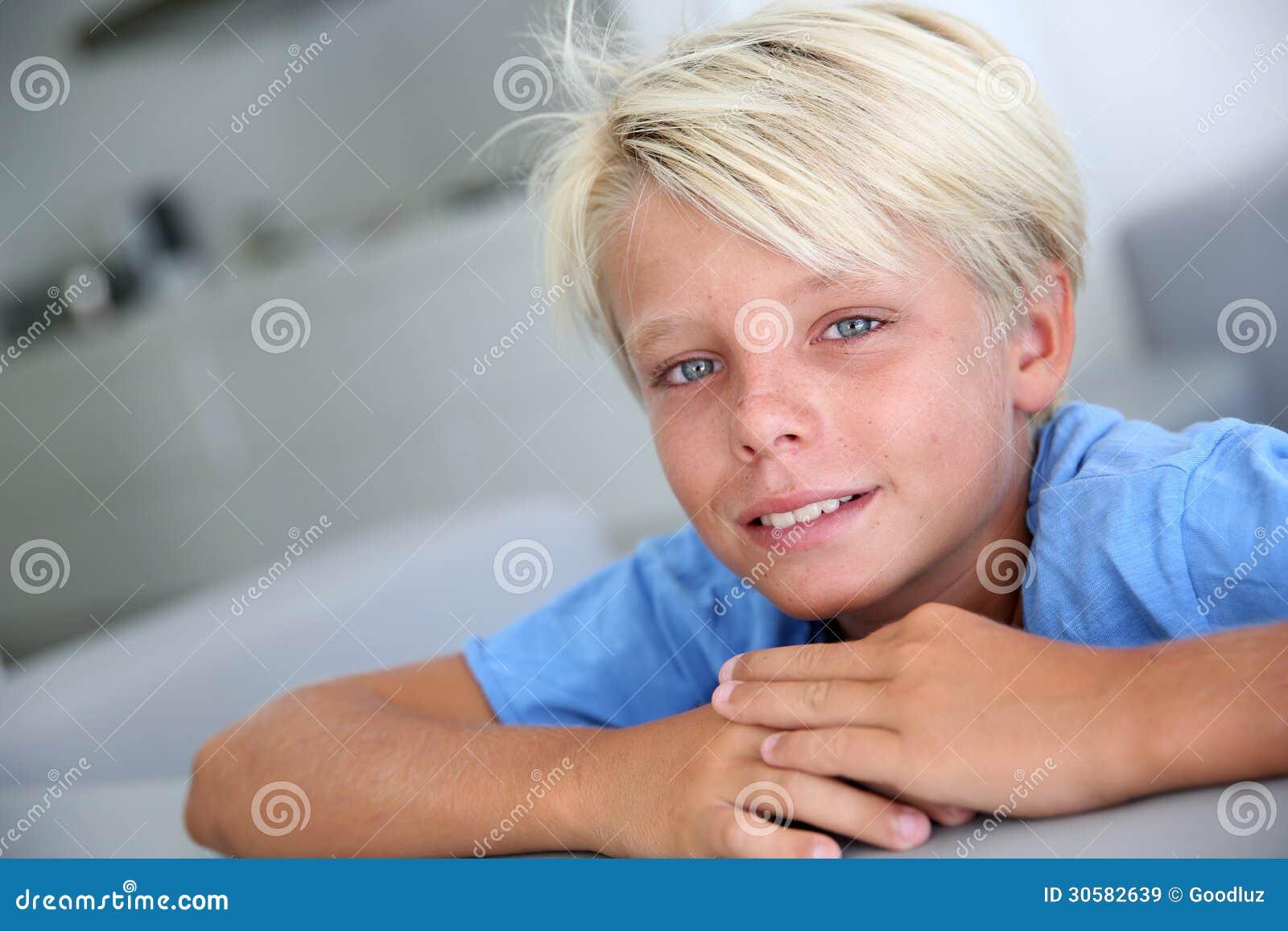 portrait de gar on blond avec des yeux bleus image stock image du regarder appareil 30582639. Black Bedroom Furniture Sets. Home Design Ideas
