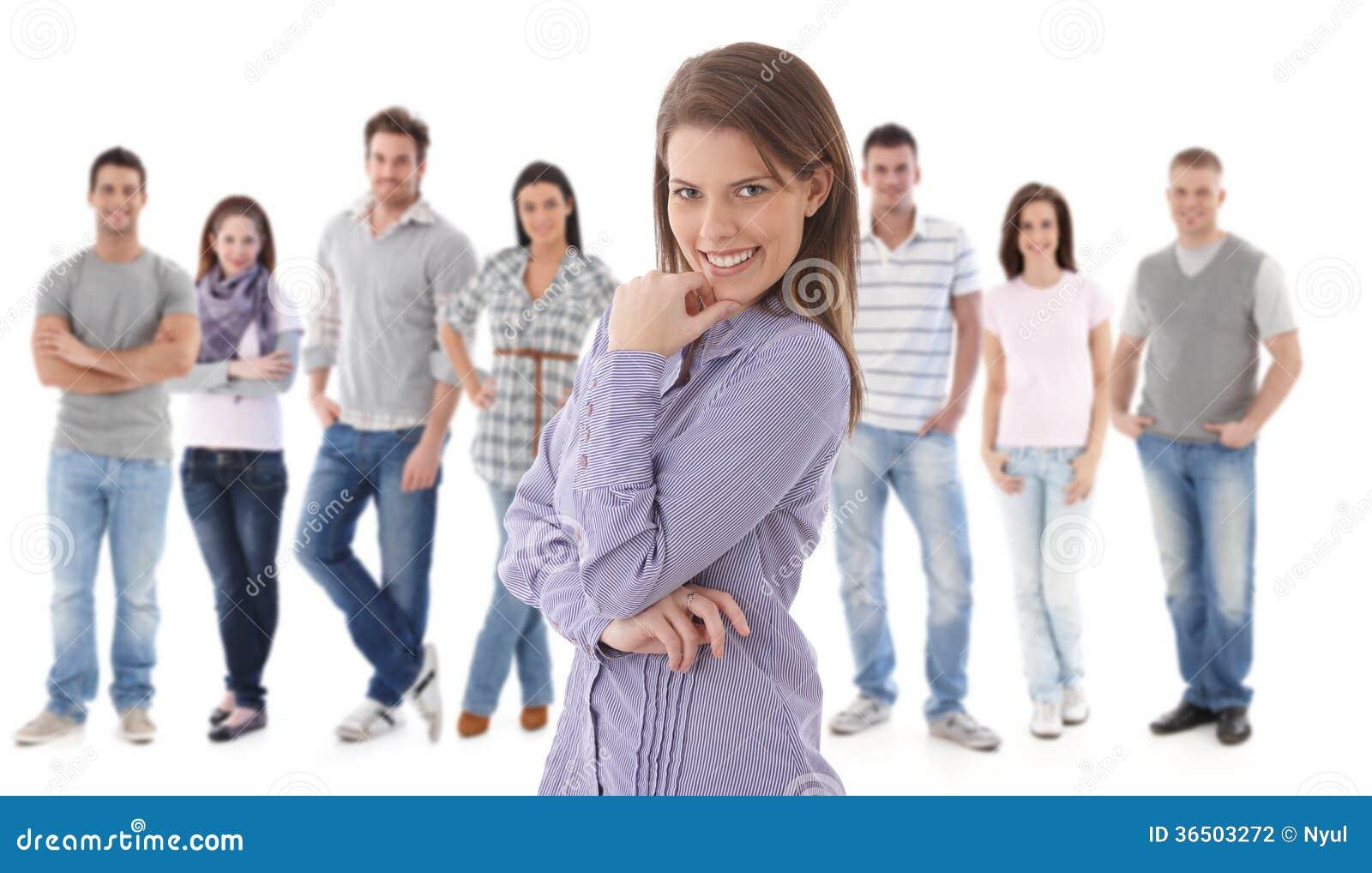 Portrait de groupe des jeunes heureux