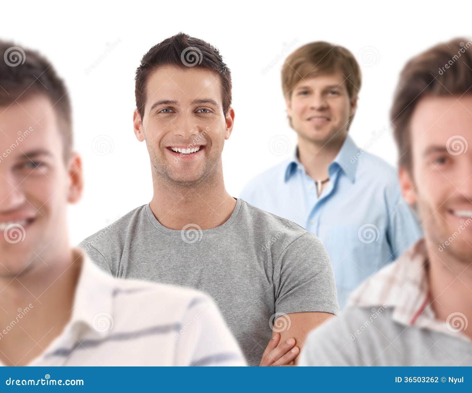 Portrait de groupe des jeunes hommes heureux