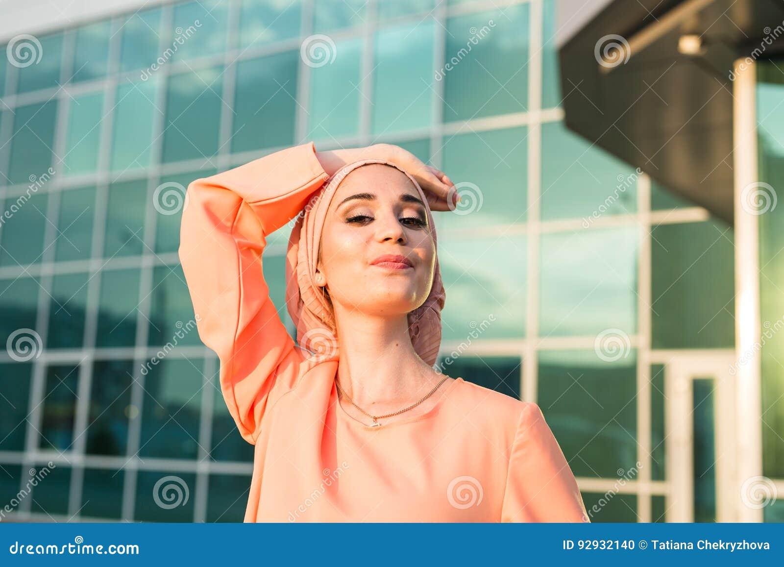 Portrait de hijab de port de jeune belle femme musulmane asiatique