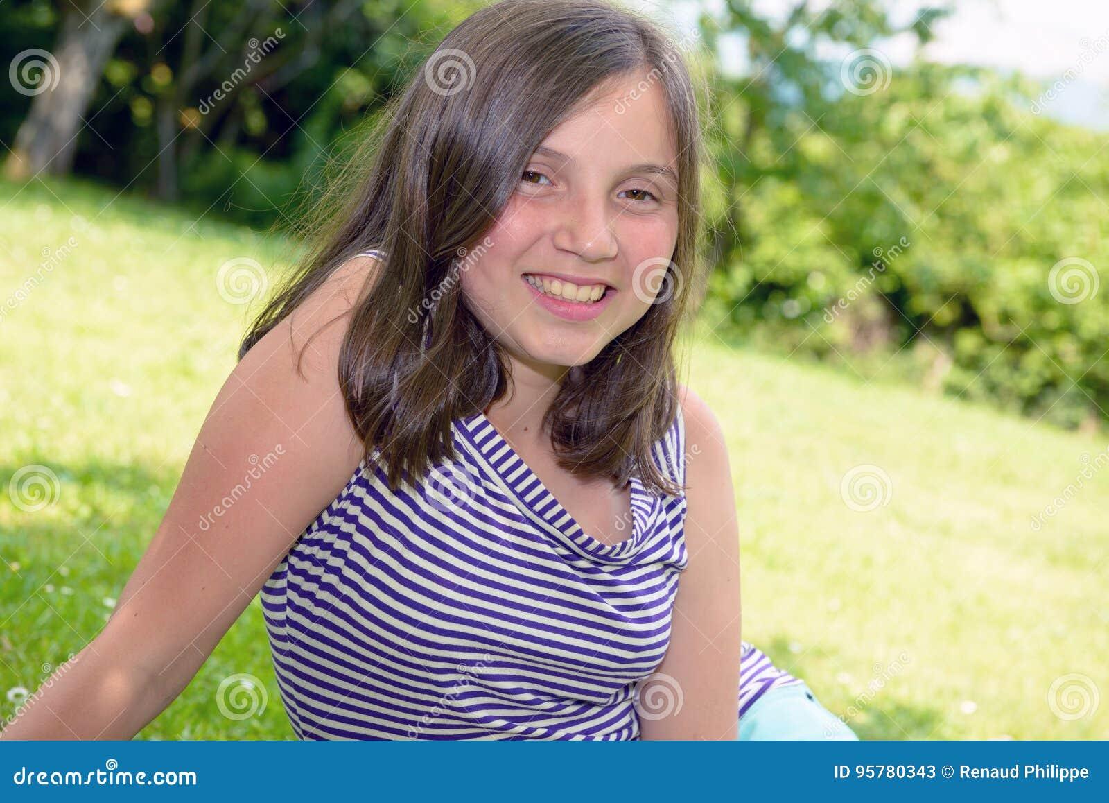 Portrait de jeune adolescent assez beau, dehors