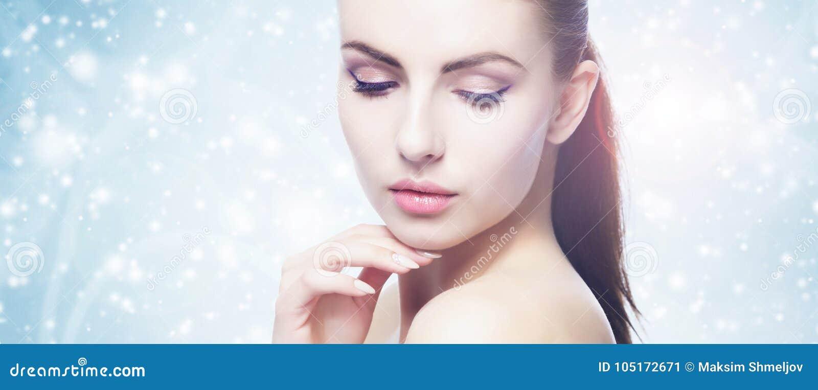 Portrait de jeune, belle et en bonne santé femme : au-dessus du fond d hiver Soins de santé, station thermale, maquillage et conc