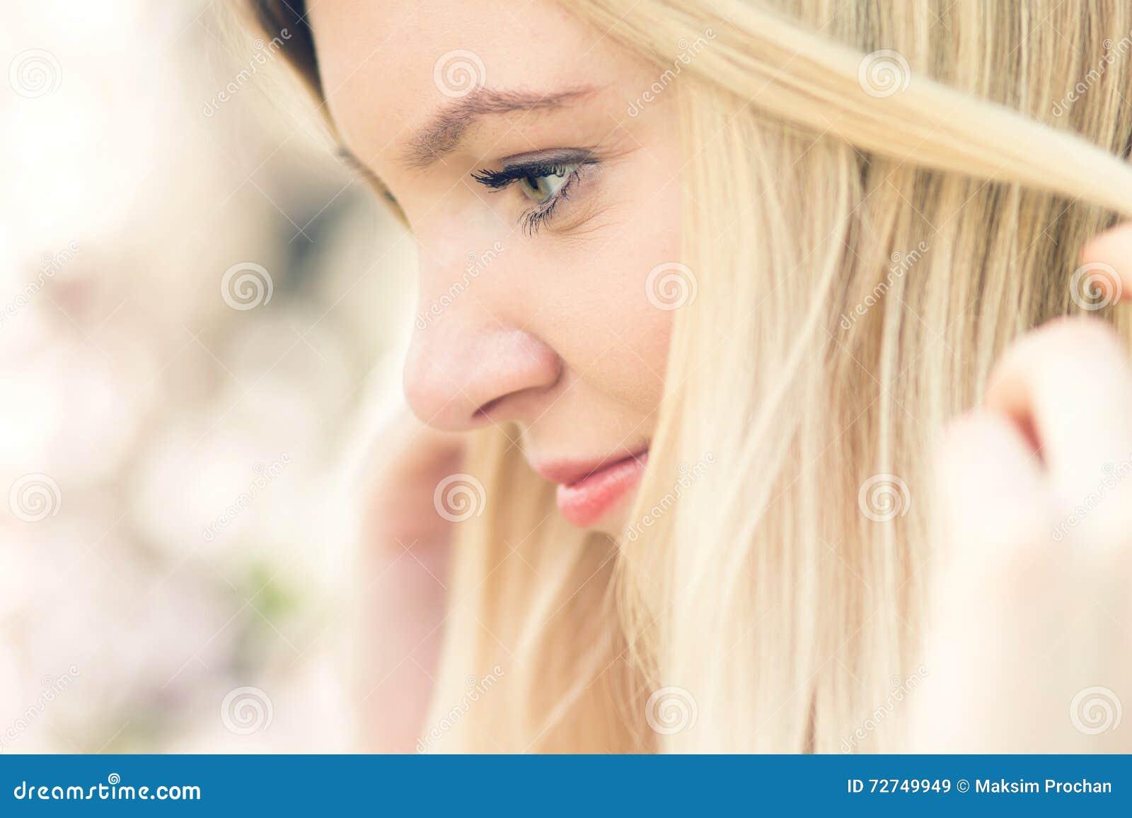 Portrait de jeune belle femme