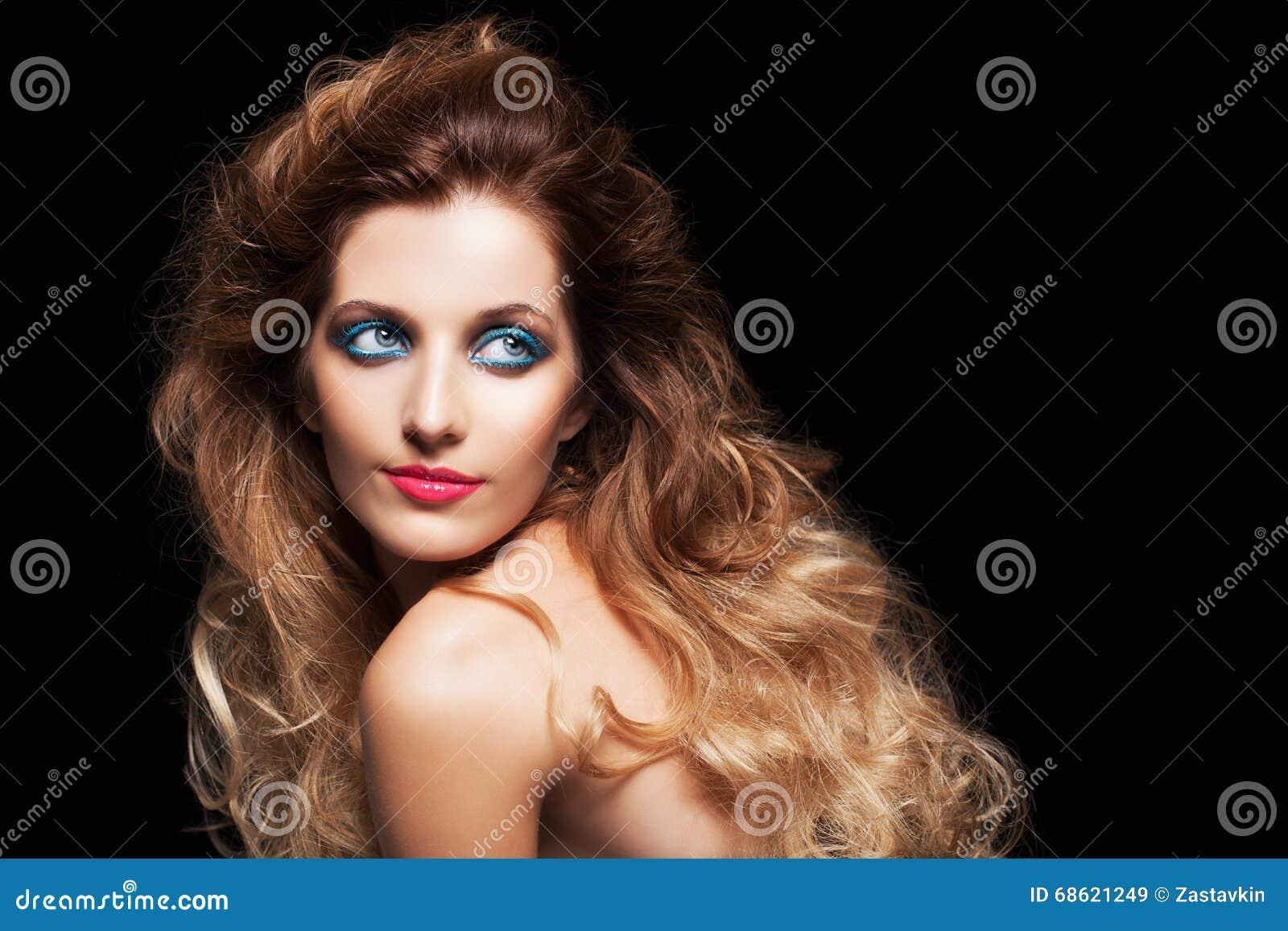 Femme Hirsute Photo portrait de jeune belle femme avec la coiffure hirsute bouclée image