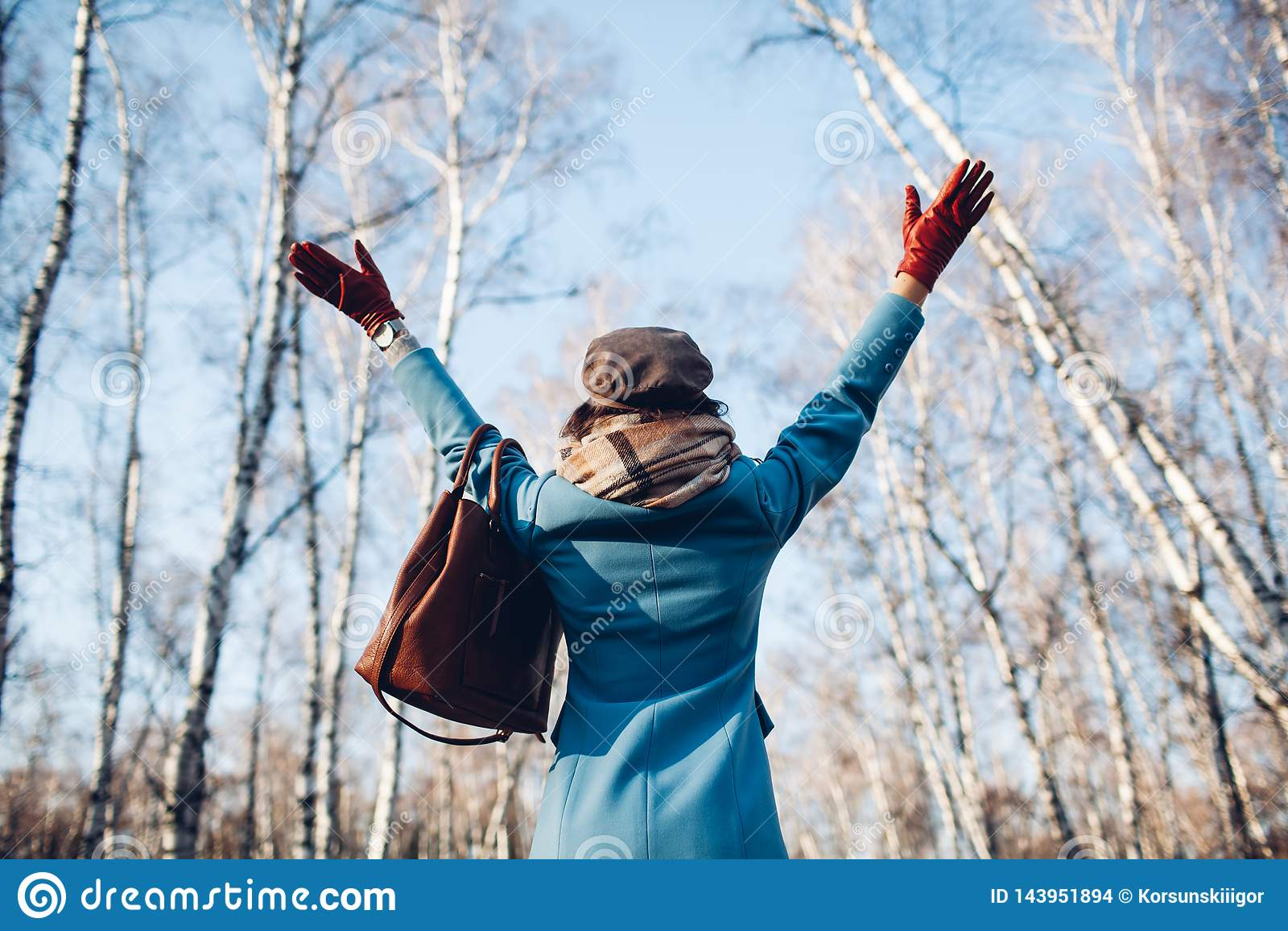 Portrait de jeune belle femme dans le manteau d automne de blye Photo de mode