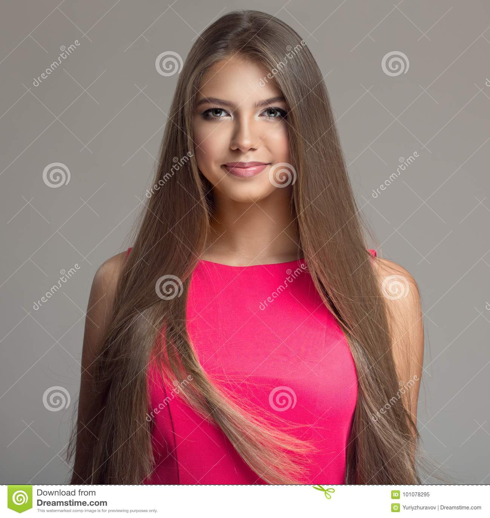 Portrait de jeune belle femme Long cheveu