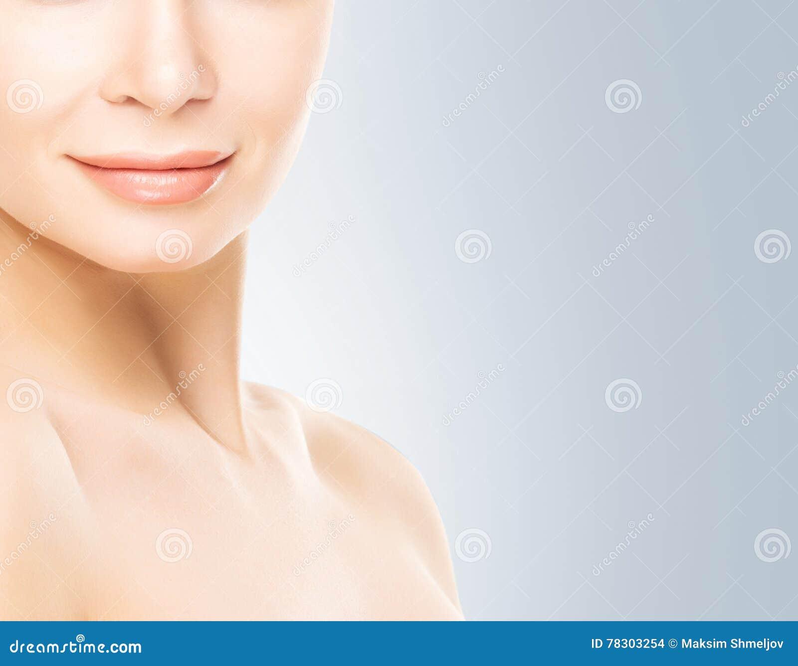 Portrait de jeune femme avec la peau lisse