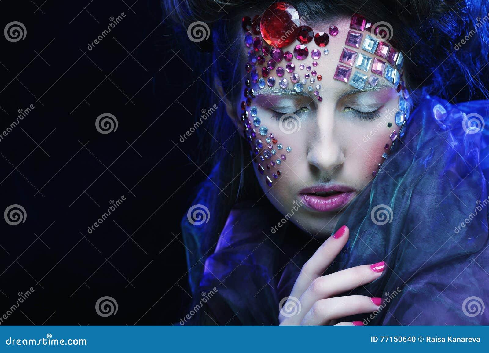 Portrait de jeune femme avec le visage créatif, photo de Halloween
