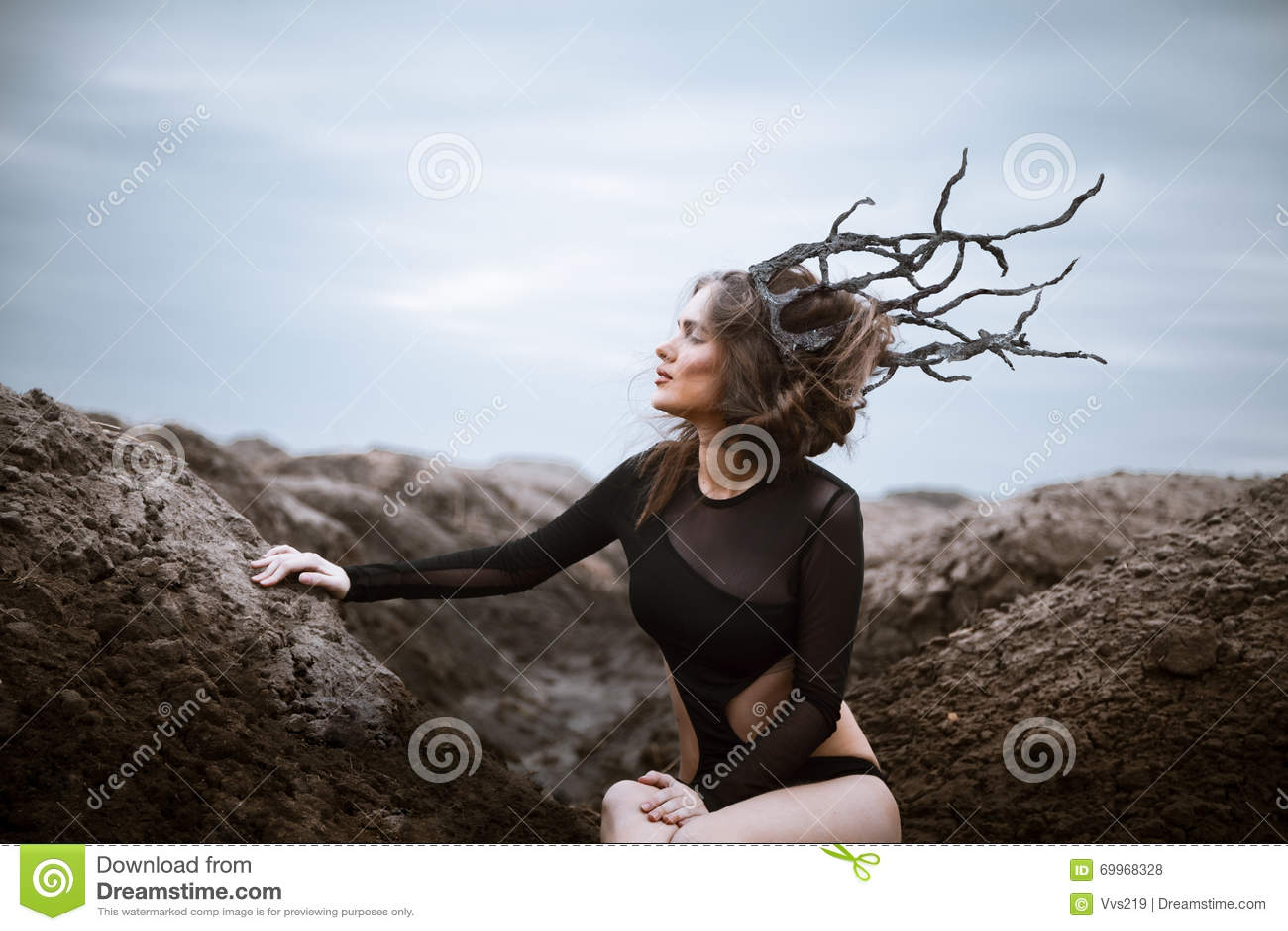 Portrait de jeune femme de beauté avec la couronne en bois Horizontal étranger