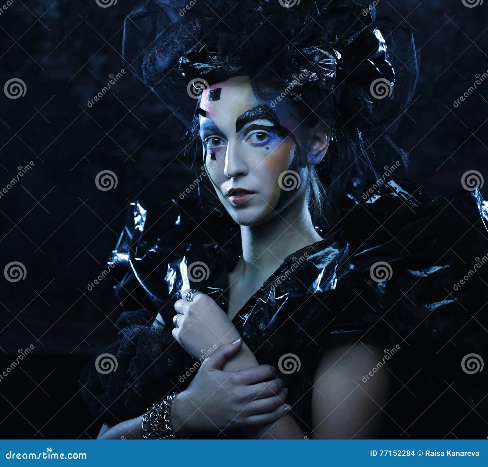 Portrait de jeune femme de stylisn avec le visage créatif