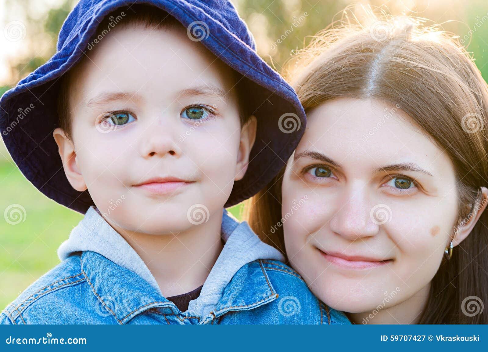 Portrait de jeune femme et d enfant