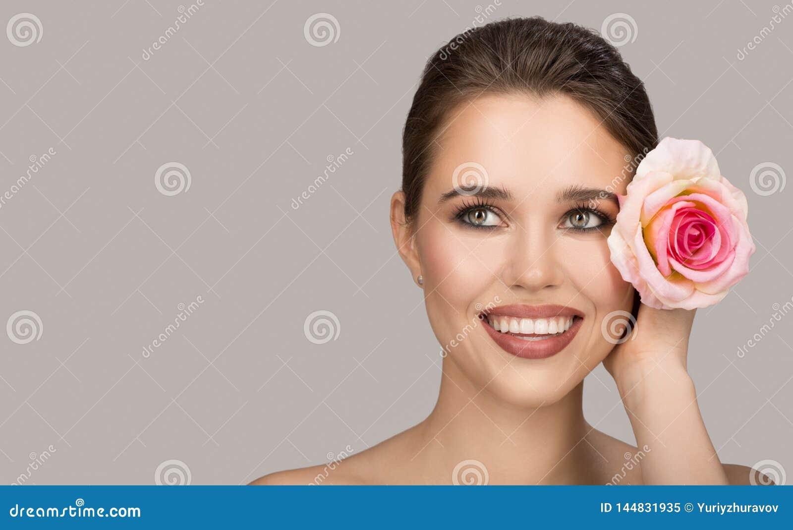 Portrait de jeune femme et de rose Beau sourire
