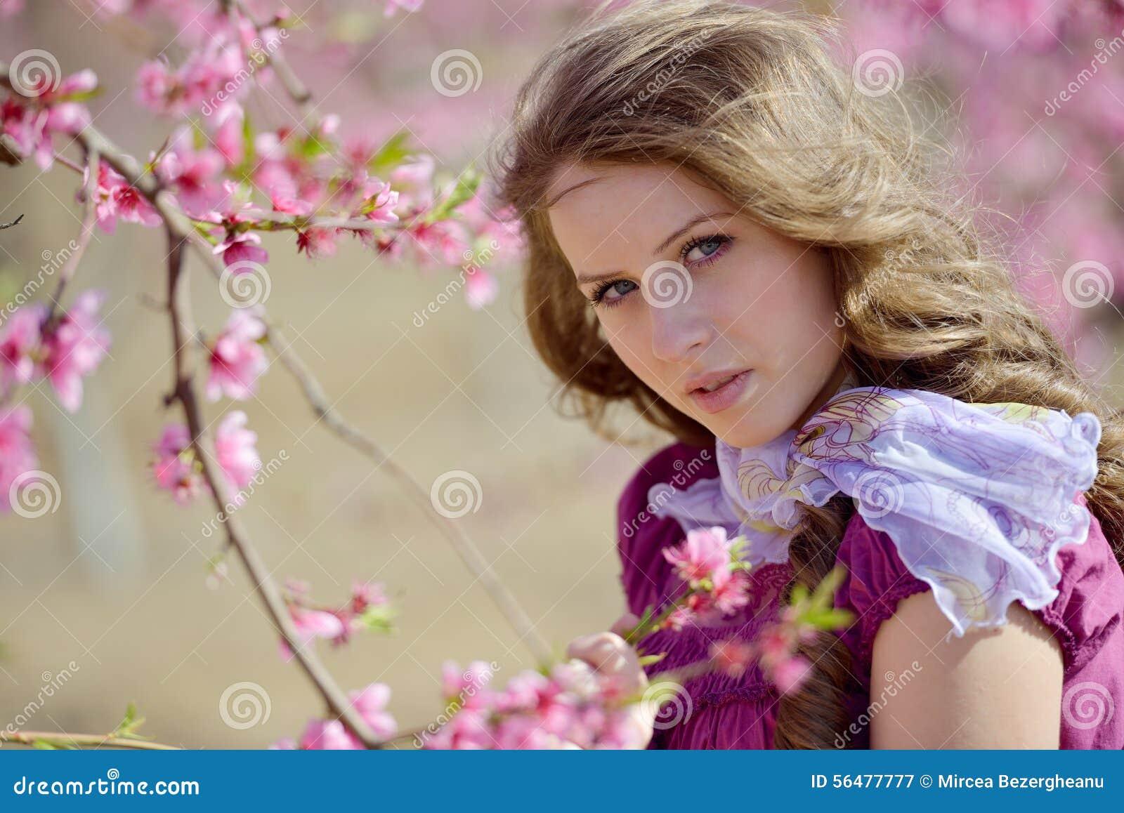 Portrait de jeune femme extérieur au printemps