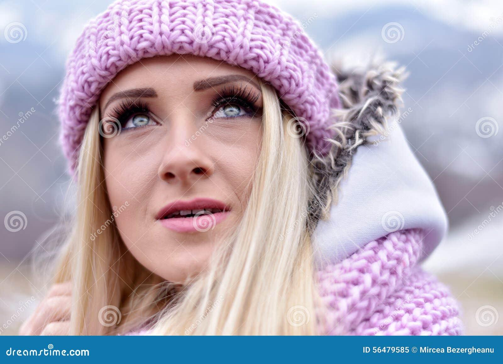 Portrait de jeune femme extérieur en hiver